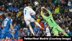 Cristiano Ronaldo du Real Madrid marque de la tête contre Getafe dans un match de la Liga espagnole, au stade Santiago-Bernabéu, 3 mars 2018. (Twitter/Real Madrid)