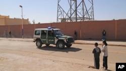 Lính biên phòng Algeria tại Ain Amenas gần nơi xảy ra vụ bắt cóc con tin, ngày 19/1/2013.