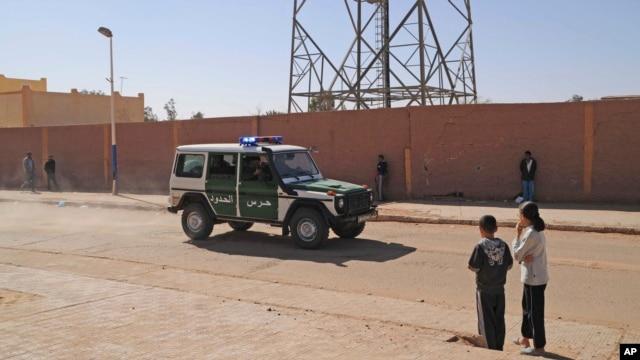 Xe tuần tra biên giới Algeria trên 1 con phố của Ain Amenas, gần nhà máy khí nơi các con tin đã bị bắt cóc bởi các chiến binh Hồi giáo, 19/1/2013