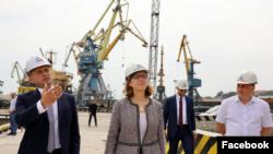 Крістіна Квін під час відвідин Маріупольського порту