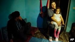 Ocak ayında Rus yetkililerce tutuklanan Tatar protestocu Ali Asanov'un eşi Elnara ve kızı