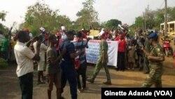 La police disperse une manifestation organisée contre le président Patrice Talon à Cotonou, Bénin, 9 mars 2018. (VOA/Ginette Fleure Adande)