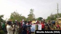 La police disperse une manifestation organisée contre le président Patrice Talon à Cotonou, Bénin, 9 mars 2018. (VOA/Ginette Adande)