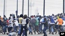 Des soldats loyaux à Laurent Gbagbo dispersant des partisans de Ouattara à Abidjan