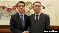 지난해 12월 한국의 북핵 6자회담 수석대표인 조셉 윤 미 국무부 대북정책 특별대표(왼쪽)와 중국의 6자회담 수석대표 우다웨이가 베이징에서 만나 유엔 안보리의 대북 결의 이행을 논의했다. (자료사진)