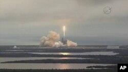 En esta imagen de la NASA TV, el cohete SpaceX Falcon se lanza desde el Centro Espacial Kennedy en Florida el domingo 19 de febrero de 2017. Está transportando una carga de suministros para la Estación Espacial Internacional.