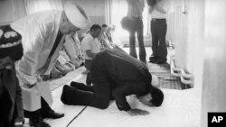 Muhammad Ali O'zbekistonga tashrifi davomida masjidda namoz o'qimoqda, 1978-yil, iyun.