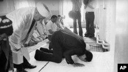 محمد علي د لمانځه د ادا کولو پر وخت