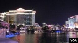 凱撒皇宮酒店(圖片左側)
