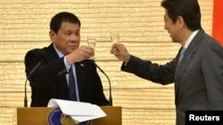 菲律宾总统杜特尔特(左)与日本首相安倍晋三在日本东京举行的欢迎宴会上(2016年10月26日)