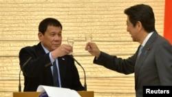 日本首相安倍在其寓所的宴会上同菲律宾总统杜特尔特干杯(2017年10月26日)