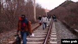 Pješice, željezničkom prugom, kroz Makedoniju dalje na svjever, do Mađarske, pa onda dalje....