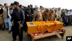 Nhân viên an ninh Pakistan canh gác tại đám tang một nạn nhân thiệt mạng trong vụ tấn công trường Đại học Bacha Khan tại Charsadda, ngày 21/1/2016.