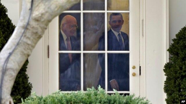 El presidente Obama conversa con el senador demócrata Patrick Leahy en la Oficina Oval de la Casa Blanca.