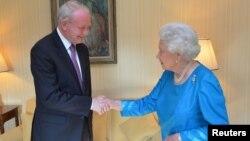 Martin McGuinness ႏွင့္ ၿဗိတိန္ဘုရင္မႀကီး Elizabeth တုိ႔ ၂၀၁၄ ခုႏွစ္အတြင္း ေတြ႔ဆုံ ႏႈတ္ဆက္စဥ္။