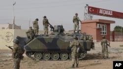 Quân đội Thổ Nhĩ Kỳ được bố trí tại cổng biên giới với Syria đối diện với thị trấn Tel Abyad do phe nổi dậy năm giữ, ở Akcakale, Thổ Nhĩ Kỳ, 7/10/12
