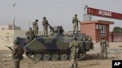 土耳其军人镇守与叙利亚交界处的阿克恰卡莱村边境大门