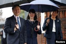 Putri Aiko (tengah) ditemani oleh orang tuanya, Putra Mahkota Naruhito dan Putri Mahkota Masako, tiba untuk upacara penerimaan masuk SMA di Tokyo, 8 April 2017.