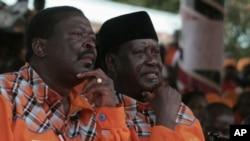 Naibu Wazir Mkuu wa Kenya Musalia Mudavadi (kushoto) akiwa pamoja na Waziri Mkuu Riala Odinga (kulia) wakihudhuria mkutano wa chama cha ODM.