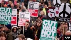 Những người biểu tình phản đối cuộc chiến Afghanistan tụ họp ở Quảng trường Trafalgar trong thủ đô London của Anh