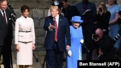 Le couple présidentiel américain et la reine d'Angleterre Elizabeth II en direction d'une entrée du château de Windsor, lors de la visite de M. Trump au Royaume-Uni.. / PHOTO AFP / PISCINE / Ben STANSALL