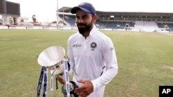 کوہلی دوسرا ٹیسٹ جیتنے کے بعد ٹرافی کے ساتھ