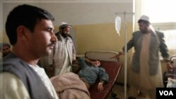 Seorang polisi Afghanistan korban serangan bom terbaring di rumah sakit Baghlan, Afghanistan (6/11).