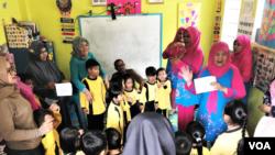 Salah satu desa yang didampingi Lembaga Advokasi Hak Anak (LAHA) adalah desa Kertamulya, Kabupaten Bandung Barat. Nampak anggota Anggota Forum Peduli Anak Kertamulya tengah mengedukasi murid dan orang tua di PAUD Permata Hati. (VOA/Rio Tuasikal)