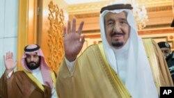 Vua Ả-rập Xê-út Salman (phải) vừa ra lệnh bắt giữ một hoàng tử lạm quyền