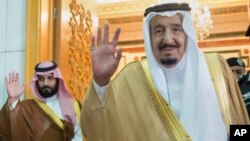سلمان بن عبدالعزیز (راست) پادشاه سعودی و محمد بن سلمان (چپ)
