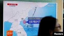 一名行人走過首爾一處地鐵站的電視屏幕。電視正在播出北韓從東海岸港口新浦試射潛射導彈的新聞