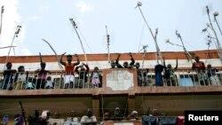 Những người ủng hộ Thủ tướng Kenya Raila Odinga trên ban công của một tòa nhà trong khu ổ chuột Mathare tại thủ đô Nairobi.