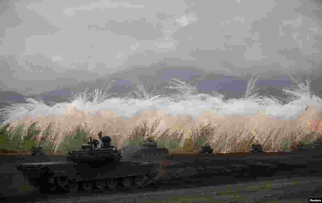 Xe tăng của Lực lượng phòng vệ Nhật Bản tác xạ trong buổi thao dượt thường niên gần núi Phú Sĩ tại trường bắn Higashifuji ở Gotemba, phía tây Tokyo.