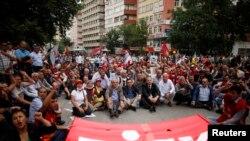 Manm KonfederasyonSendika revolisyonè Tiki yo (DISK) ka p manifeste sou plas santral la nan vil Ankara (17 jen 2013)