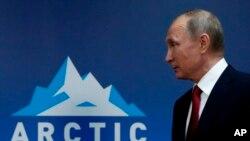 El presidente ruso, Vladimir Putin, hizo las declaraciones en una reunión con el presidente finlandés, Sauli Niinisto, en el Foro Internacional del Ártico en Arkhangelsk, en Rusia, el jueves 30 de marzo de 2017.