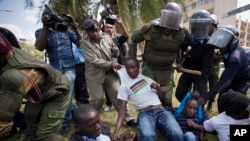 12月18号,肯尼亚防暴警察殴打并逮捕了在议会大楼外抗议安全法案的示威者