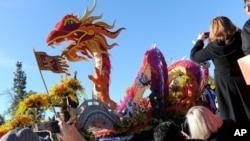 """La carroza """"Marco Polo East meets West"""", del grupo Singpoli, fue la ganadora del trofeo Sweepstakes en el Desfile de las Rosas 2016."""