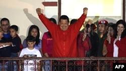 7일 베네수엘라 선관위의 4선 당선 발표 직후 지지자들에게 손을 들어 보이는 우고 차베스 대통령.