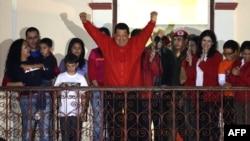 Presiden Venezuela Hugo Chavez (tengah) memberikan sambutan kepada para pendukungnya di Caracas, seusai Komisi Pemilu mengumumkan hasil pemilihan presiden Venezuela, Minggu (7/10).