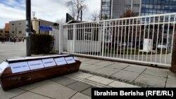 Kovčeg koji su pred zgradom Skupštine Kosova postavili aktivisti Alijanse za budućnost Kosova: Foto RFE/RL
