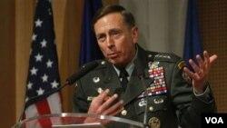 Panglima pasukan AS dan NATO di Afghanistan, Jenderal David Petraeus.