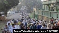 Umat Islam melaksanakan salat Iduladha di jalan di tengah lonjakan kasus COVID-19 di Bogor, Jawa Barat, 20 Juli 2021. (Foto: Antara/Yulius Satria Wijaya via REUTERS)