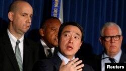 紐約南區代理聯邦檢察官金俊賢宣布對紐約地鐵炸彈襲擊案的嫌疑人烏拉提出聯邦控罪。左為聯調局紐約辦公室助理主任威廉·F·斯維尼,右為紐約市警察局負責情報和反恐事務副局長約翰·J·米勒。