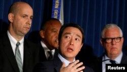 纽约南区代理联邦检察官金俊贤宣布对纽约地铁炸弹袭击案的嫌疑人乌拉提出联邦控罪。左为联调局纽约办公室助理主任威廉·F·斯维尼,右为纽约市警察局负责情报和反恐事务副局长约翰·J·米勒。(2017年12月12日)