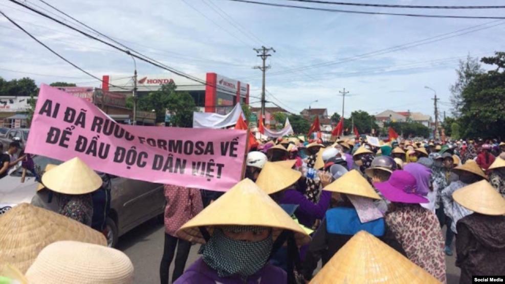 Người dân Kỳ Anh, Hà Tĩnh tuần hành phản đối hành vi xả thải gây ô nhiễm môi trường của Formosa, 1/9/2016.