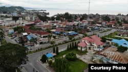 Suasana Kota Poso di siang hari dengan latar belakang laut (Foto Udara)