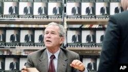 George W. Bush signant son livre