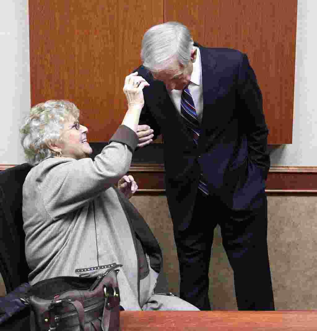 Ron Paul con su esposa, Carol, durante una pausa en las asambleas de Dakota del Norte.