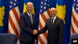 AQSh Vitse-prezidenti Jo Bayden (chapda) Kosovo Bosh vaziri Isa Mustafa bilan, Pristina, Kosovo, 17-avgust, 2016-yil.