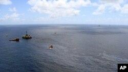 Hình ảnh ngày 21 tháng 11 năm 2011 của Cơ quan dầu khí quốc gia Brazil cho thấy tàu thuyền đang dọn dẹp một vụ tràn dầu xung quanh một giàn khoan của Chevron tại giếng dầu Frade ở Đại Tây Dương, 120 km ngoài khơi Campos, phía bắc bang Rio de Janeiro
